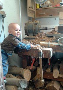 Liam Herzig – unser Baby mit 10 Monaten in der Werkstatt von Woodandform – Die MühlenManufaktur